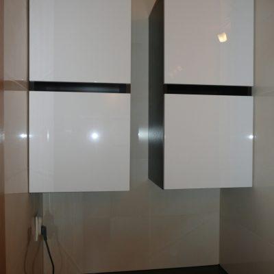 Szafki łazienkowe wiszące we wnęcę nad pralką