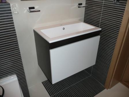 Szafka łazienkowa podwieszana z umywalką nakładaną, fronty z MDF lakierowanego