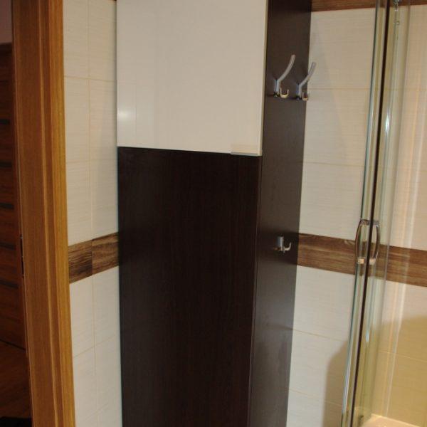 Szafka w łazience, front ze szkła lacobel w ramce aluminiowej