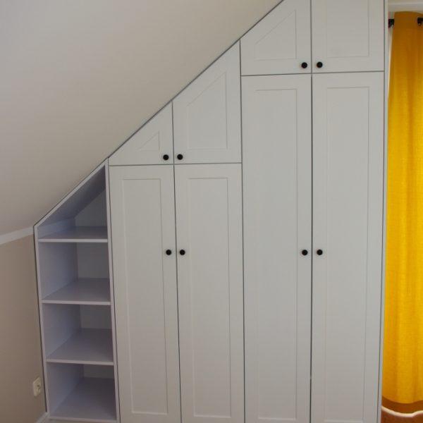 Meble na wymiar do pokoju dziecka, szafa zabudowana w skosie, fronty z MDF frezowanego, lakier biały mat