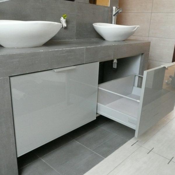 Szafki łazienkowe na wymiatr, podwieszane, fronty w ramce aluminiowej ze szkła lacobel, mechanizmy Blum