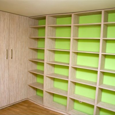 Połączenie szafy na wymiar z otwartymi regałami na książki, całość wykonana z płyty laminowanej