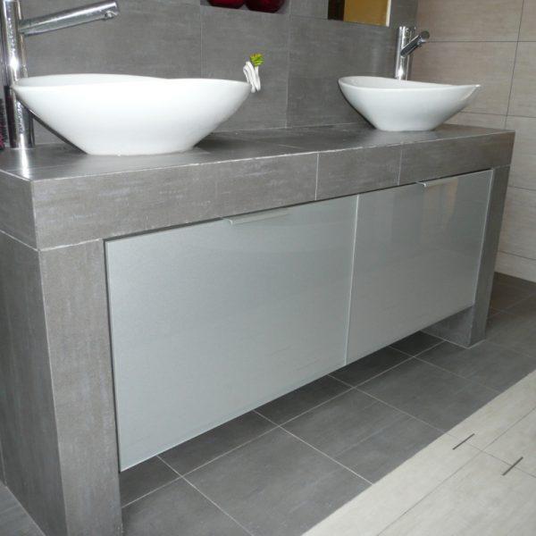 Szafki łazienkowe na wymiar, podwieszane, fronty ze szkła lacobel w ramce aluminiowej, mechanizmy Blum
