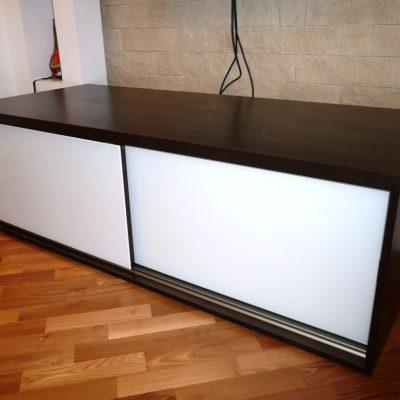 Szafka RTV z drzwiami suwanymi, fronty wykonane z płyty laminowanej z wklejonym szkłem lacobel, blat z podwójnej płyty laminowanej
