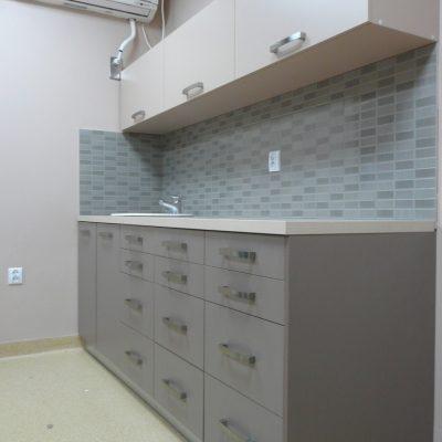 Meble wykonane do gabinetu stomatologicznego, szuflady BLUM, fronty szafek wiszących otwierane ku górze