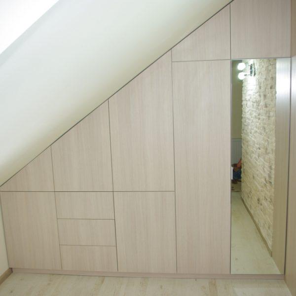 Meble na wymiar wykonane pod skosem, wszystkie fronty otwierane za pomoca tip-on, lustro w ramce aluminiowej