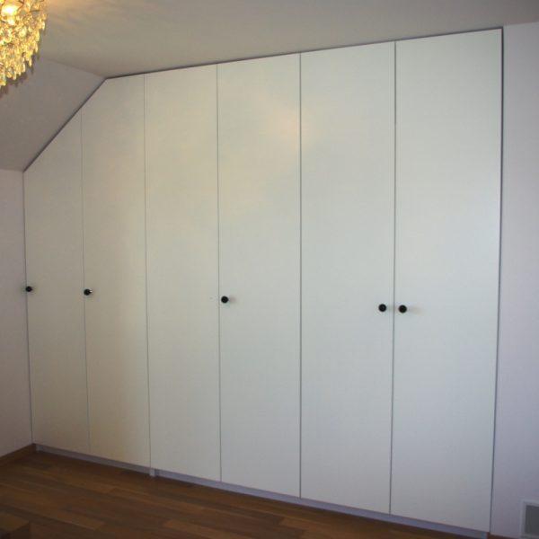 Szafa wnękowa z drzwiami otwieranymi na boki, fronty z MDF lakierowanego