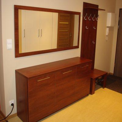 Meble do przedpokoju, prosta komoda, wieszak z siedziskiem i lutro srebnre wklejane na płytę laminowaną
