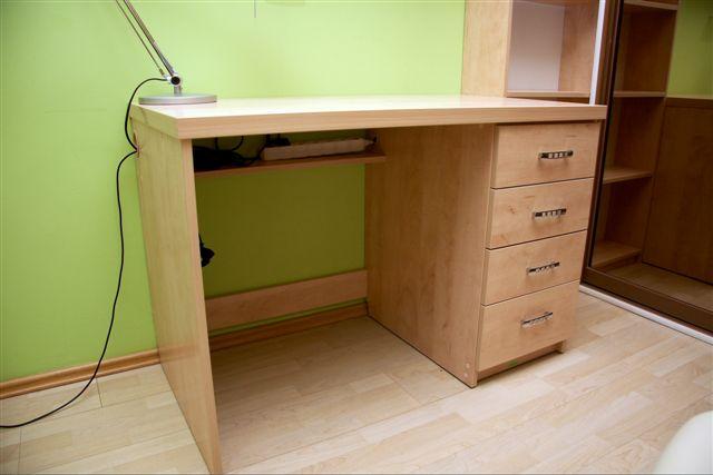 Niewielkie biurko z 4 szufladami, wykonane w całości z płyty laminowanej, blat z podwójnej klejonej płyty