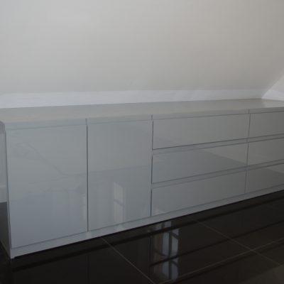Zabudowa pod skosem z Mdf lakierowanego, zawiasy i szuflady z cichym domykiem firmy BLUM