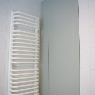 Meble na wymiar w łazience z mdf lakierowanego z frezem