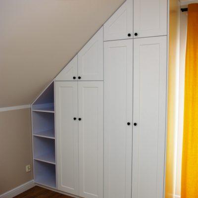 Szafa na wymiar z frontami z mdf frezowanego, lakier biały mat, zabudowany skos w pokoju dziecka