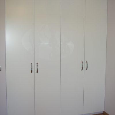 Szafa wnekowa z drzwiami tradycyjnie otwieranymi na boki, fronty z MDF lakierowanego