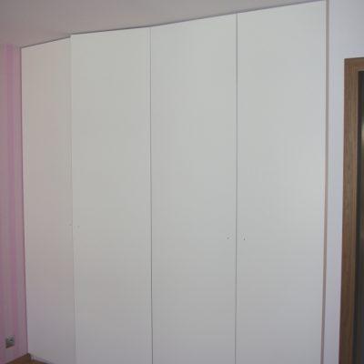 Szafa wykonana na wymiar, drzwi z MDF lakierowanego na MAT, drzwi otwierane za pomocą tip-on
