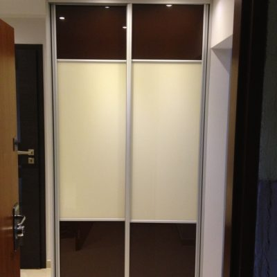 Szafa na wyamir, drzwi w obramowaniu aluminiowym, na drzwiach połączenie dwóch kolorów szkła lacobel