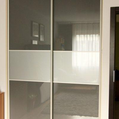 Szafa wnękowa w biurze, poza cześcią garderobianą, jest w niej miejsce na dokumenty