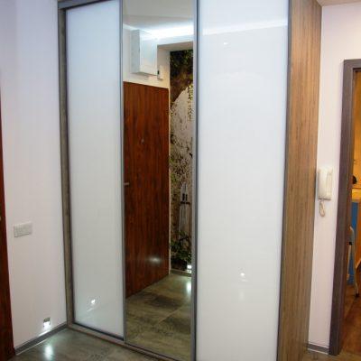 Szafa w przedpokoju, drzwi suwane to połaczenie szkła lacobel oraz lustra srebrnego