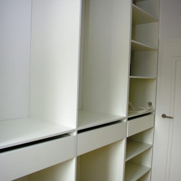 Garderoba z półkami na odzież, szufladami oraz drażkami na ubrania wiszące