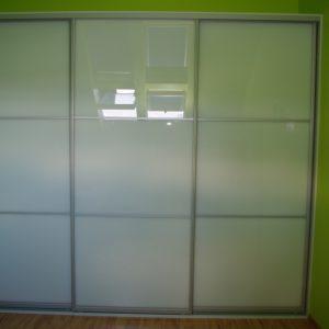 Szafa wnękowa z drzwiami suwanymi, obramowanie aluminiowe, wypełnienie szkło lacobel