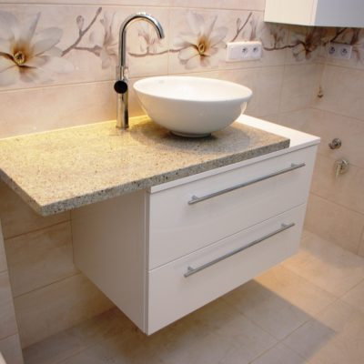Blat granitowy w szafce łazienkowej