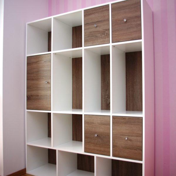 Regał w pokoju dziecka, część półek zamknięta, pozostałe otwarte z plecami z płyty laminowanej