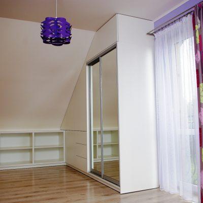 Szafa z drzwiami przesuwnymi w pokoju ze skosami