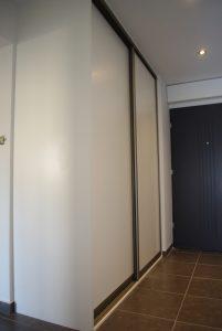 Szafa z drzwiami suwanymi w przedpokoju, drzwi suwane z płyty laminowanej