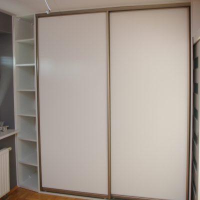 Szafa z drzwiami przesuwnymi z półkami otwartymi obok