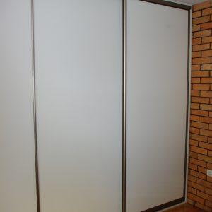 Szafa wnękowa w obramowaniu aluminiowym, drzwi z płyty