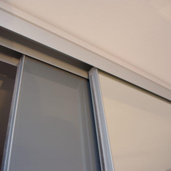 Szafa na wymiar bez widocznego obramowania na drzwiach suwanym