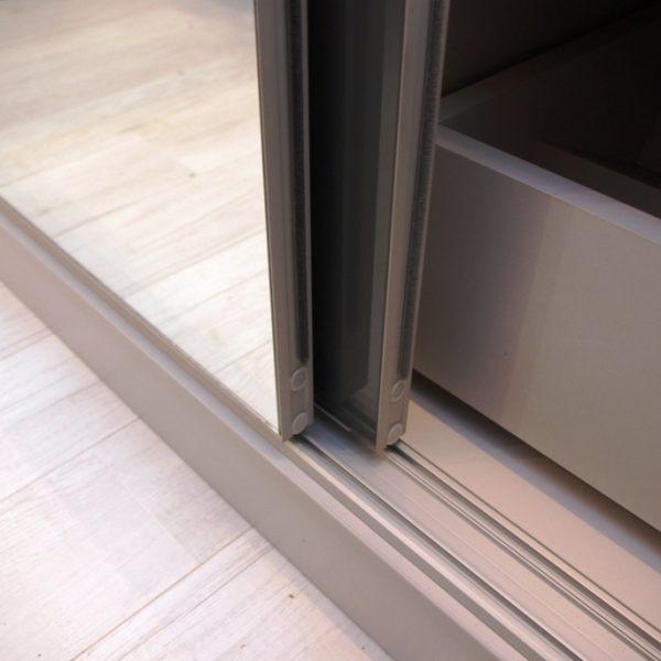 Bezramowe drzwi suwane do szafy wnękowej, jedno skrzydło ze szkłem lacobel, drugie z lustrem srebrnym