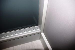 Drzwi przesuwne bez widocznego obramowania w szafie wnękowej