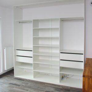 Biała szafa na wymiar w salonie