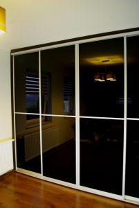 Drzwi do garderoby z czarnego szkła lacobel