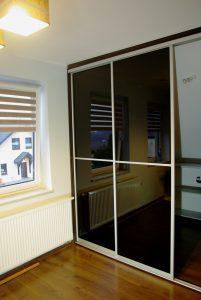 Drzwi przesuwne do garderoby, czarne szkło dzielone w połowie