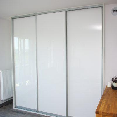 Drzwi suwane lakierowane w szafie wnękowej na wymiar