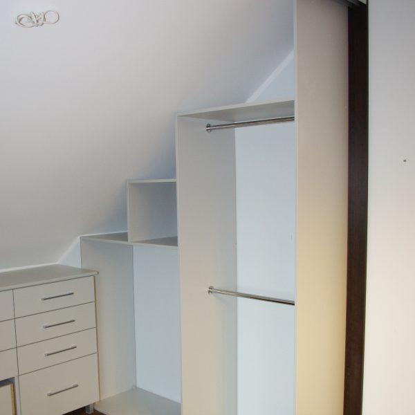 Garderoba pod skosem zamykana drzwiami suwanymi