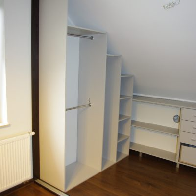 Garderobana wymiar ze skosami zamykana drzwiami suwanymi