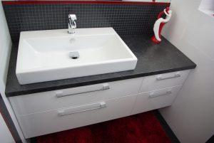 Meble łazienkowe na wymiar, blat laminowany, fronty lakierowane na wysoki połysk