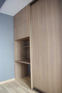 Biurko na wymiar obok szafy z drzwiami suwanymi