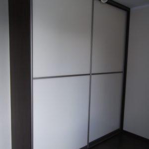 Szafa na zamówienie z drzwiami suwanymi ze szkłem lacobel