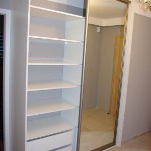 Szafa na wymiar z drzwiami suwanymi z lustrem srebrnym