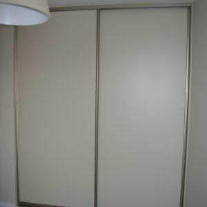 Szafa na wymiar z drzwiami suwanymi z płyty