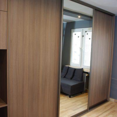 Szafa z drzwiami sywanymi, połączenie płyty laminowanej i lustra srebrnego