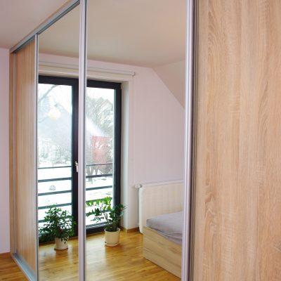 Szafa z drzwiami suwanymi połączenie lustra srebrnego i płyty laminowanej