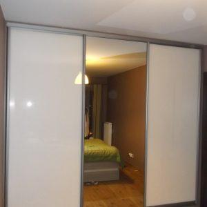 Szafa wnękowa z drzwiami suwanymi z lustrem i szkłem lacobel