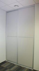 Wysoka zabudowa z drzwiami przesuwnymi