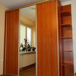 Złote obramowanie w szafie z drzwiami suwanymi