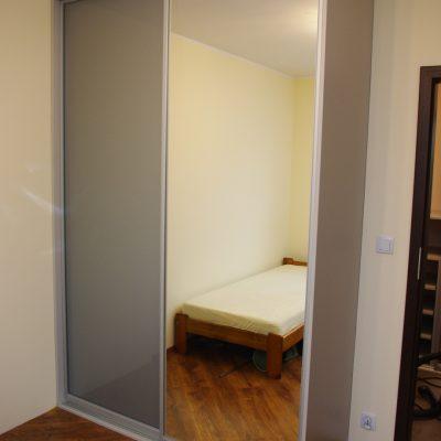 Szafa z drzwiami przesuwnymi ze szklem lacobel i lustrem srebrnym