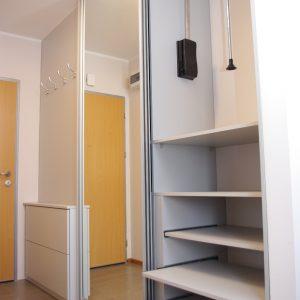 Szafa wnękowa w przedpokoju z szufladami i wysuwanymi półkami na buty